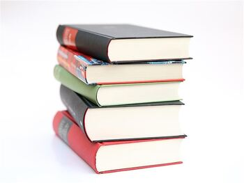 Bilde av ein stabel med bøker.