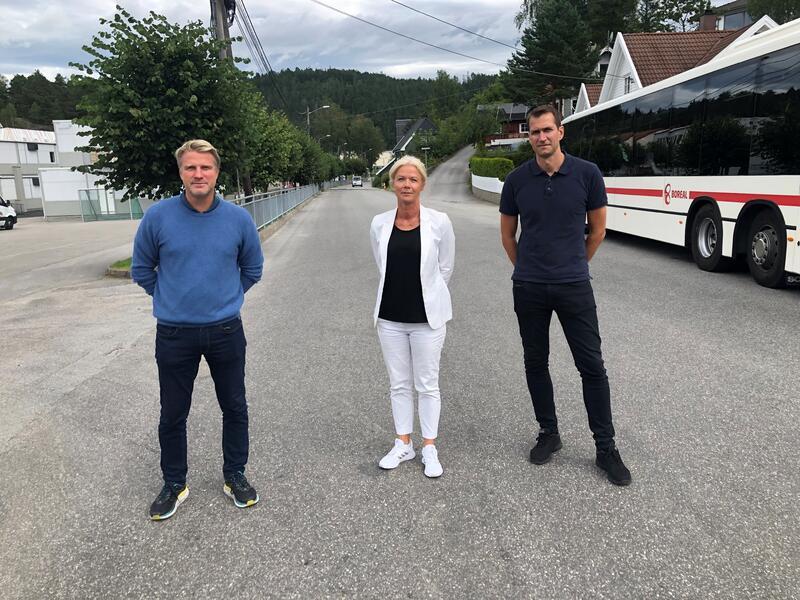Ikke bil inn skolevegen, er oppfordringen fra disse tre rektorene. Fra venstre: Svein A. Hornnes, Gyrid Nedberg Grønlid og Dag Stian Tallaksen.
