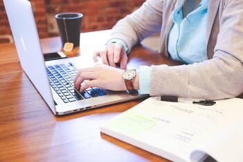 Elev som jobbar framfor PC