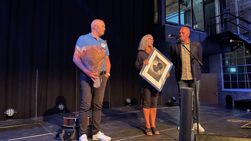 """Kjetil Askedal og Torunn Mangseth mottar prisen """"Årets bedrift av ordfører Nils Olav Larsen. Foto: Vennesla Tidende."""