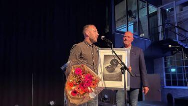 Kenneth Wikstøl mottar prisen som årets gründer av ordfører Nils Olav Larsen. Foto: Vennesla Tidende
