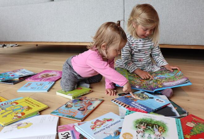 Bad i bøker: Nå finner du bibliotek både i barnehagen og på helsestasjonen, og barna kan bade i bøker!