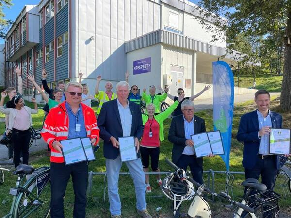 Sykkelbyavtalene i Agder ble signert av fylkesordfører Arne Thomassen, avdelingsdirektør Roar Midtbø Jensen i Statens vegvesen, samt Arnt Abrahamsen og Even Tronstad Sagebakken, som er ordførere i henholdsvis Farsund og Lindesnes kommune.