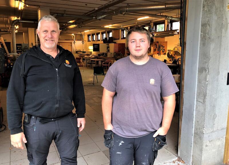 Thom Erlend Tunlid (t.h) er førstemann som har vært byggdrift-lærling i Vennelsa kommune. Her sammen med mentor Helge Ståhl.