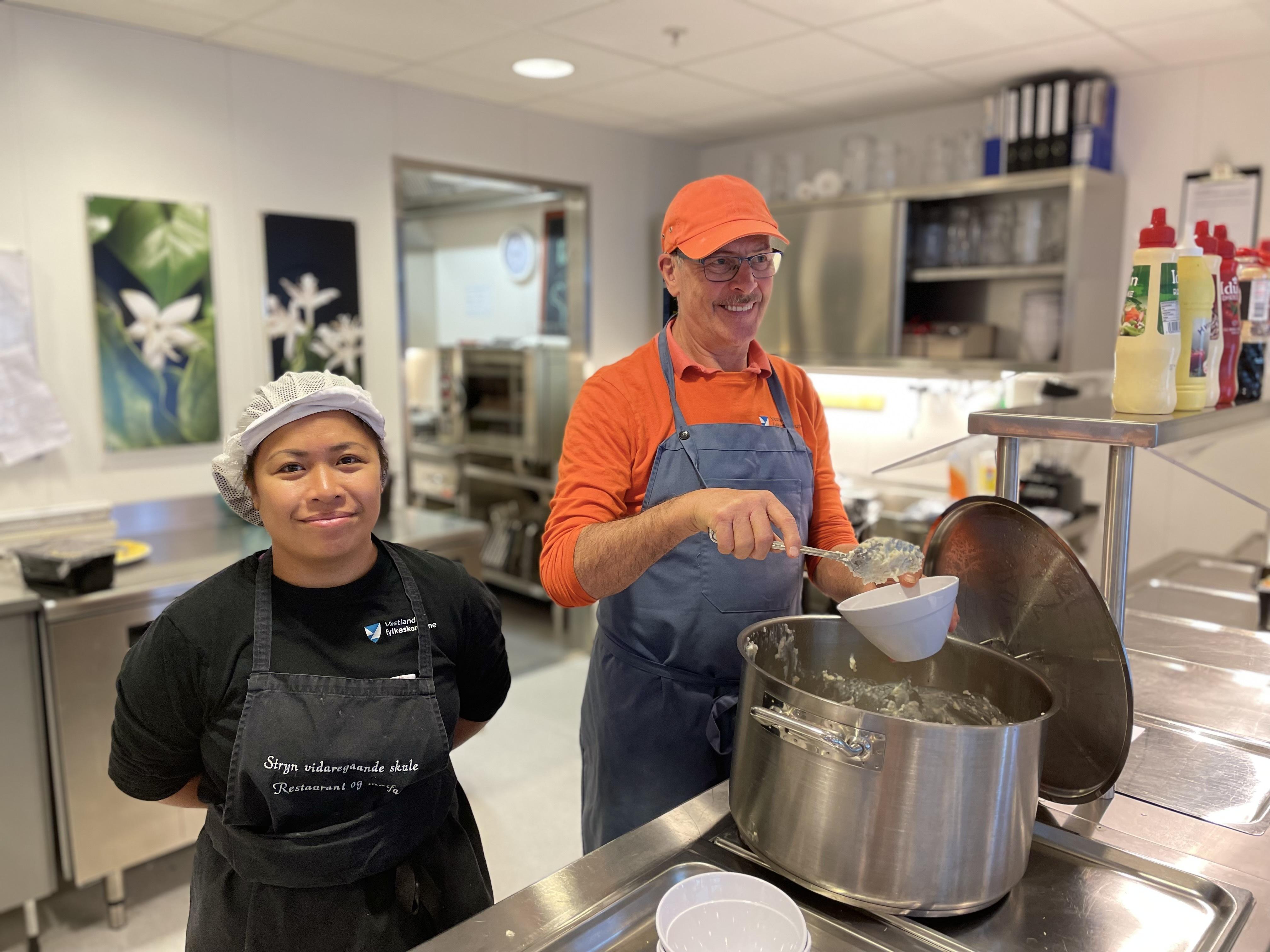 Servering av havregrynsgraut i kantina   Foto: Stryn vgs