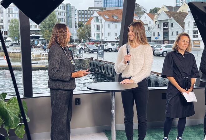 Ordfører Magnhild Eia deler ut prisen