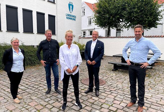 Forsker: May Helen Austad ( i midten) er allerede godt i gang med sitt doktorgradsarbeid. Her sammen med Julie K. Nilsen og Rune Bruskeland fra prosjektgruppa i prosjektet VIL OG KAN, samt rådmann Kyrre Jordbakke og ordfører Even Tronstad Sagebakken.