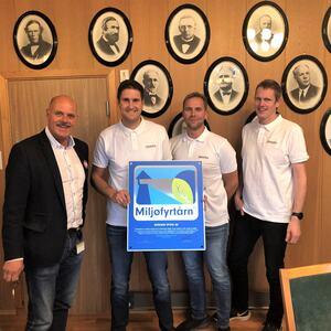 Ordfører Nils Olav Larsen deler ut Miljøfyrtårn til Steffen Sørheim, Morten Homme og Anders Birkenes.