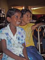Vasana og Tushani ser seg selv på film
