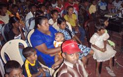 Salen full av familie og barneklubbmedlemmer