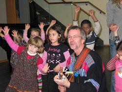 Geirr Lystrup og barn fra Lilla H barnehage i Oslo