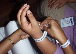 Armbånd som markerer avstand mot vold