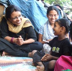 Kavita Ratna fra CWC har god kontakt med barna
