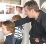 Far og sønner studerer veggavisen