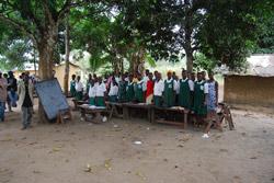 Ungdomsskolen i Madigba Bundu holder til under trærne