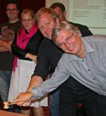 Nyvalgt leder Dag Endal og nestleder Arne Lindelien markerer med et felles klubbeslag at stiftingsprosessen for den nye barneorganisasjonen Juba er sluttført (Foto: Roy Hagen)